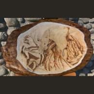 Ritratto di ragazza a pirografo su tavola di legno grezzo di pioppo